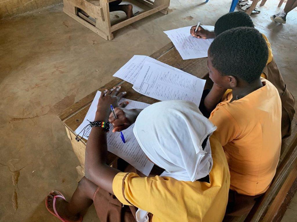 Renovación del mobiliario escolar en Larabanga